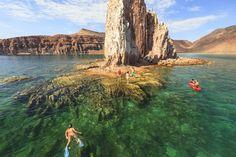 Snorkel a la isla Espíritu Santo, México    En Baja California y rodeada por el Mar de Cortés surge la isla Espíritu Santo, un tranquilo destino tanto para buceadores aficionados al snorkel y los prefesionales de bombona por la claridad de sus aguas y la suavidad de las corrientes. Pequeños arrecifes de coral y los peces que lo habitan harán las delicias de los submarinistas, que en algunas zonas más profundas y alejadas podrán ver bancos de tiburones martillo.    www.buceas.es  Vía…