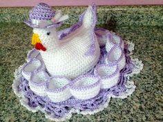 galinha porta ovos de croche | Galinha porta ovos | Suna arte em crochê | Elo7 Crochet Diy, Crochet Birds, Easter Crochet, Learn To Crochet, Crochet Animals, Crochet Hats, Crochet Chicken, Chicken Crafts, Crochet Kitchen