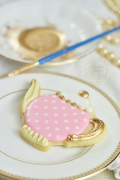 Create pretty vintage inspired teapot cookies with this tutorial from Juniper Cakery
