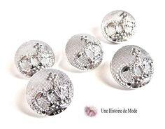 5 boutons en métal décoré d'une couronne couleur argenté clair 17 mm : Embellissements par une-histoire-de-mode