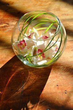 vase boule, décoration avec des fleurs submergées