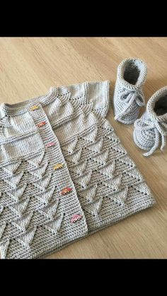 Diy Crafts - Knit Kid Cardigan This knitting pattern / tutorial is available for free. Baby Cardigan Knitting Pattern, Knitted Baby Cardigan, Knit Baby Sweaters, Lace Knitting, Knit Crochet, Free Baby Patterns, Knit Patterns, Free Pattern, Diy Crafts Knitting