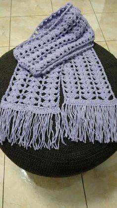 Lindo cachecol de lã em crochê feito à mão. Lã 50% acrílico, 50% poliéster com toque macio e efeito estonado. Comprimento aproximado de 1,70 m (podendo ser solicitado com comprimento maior ou menor). Escolha a cor de sua preferência conforme catálogo de cores (verifique antes comigo a disponib...