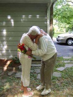 """Abuelo con alzheimer recuerda a su esposa, hermoso  Abuelos 60 aniversario de boda. El abuelo tenía Alzheimer. No recordaba sus hijos, su casa o cualquier otra cosa, pero no era tan malo como parecía, cada vez que veía a la abuela decía: """"Mira mi bella esposa!"""""""