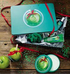 Glazed Apple Tin of Delights Zasmakuj w zielonym jabłku z tym luksusowym zestawem kosmetyków o zapachu Glazed Apple, w naszej eleganckiej, świątecznie zielonej puszce.