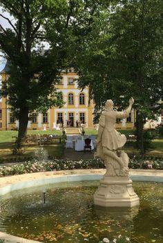 Im Schloss Jägersburg bekommt man seine perfekte Märchenhochzeit. Wedding Locations, Castles, Mansions, House Styles, Wedding Photography, Wedding Cakes, Chateaus, Manor Houses, Villas