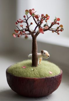 ✄ A Fondness for Felt ✄ DIY craft inspiration: tiny dog and tree - felted Needle Felted Animals, Felt Animals, Wet Felting, Needle Felting, Needle Book, Felt Hearts, Pin Cushions, Wool Felt, Fiber Art