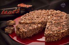 La torta Mars è un dessert croccante e goloso preparato con chicchi di riso soffiato e barrette al cioccolato e caramello.