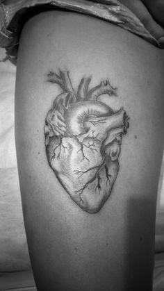 tatuaż realistyczne serce - wykonany w studiu TIME4TATTOO www.time4tattoo.pl #tatuażserce #realistycznytatuaz #tatuaznaudzie #b&gtattoo #tatuazczarnoszary #hearttattoo #thightattoo #time4tattoo