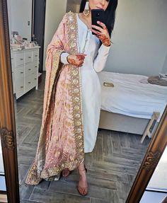 Heavily embellished dupattas - the best complement to a plain suit ✨ Pakistani Fashion Casual, Pakistani Dresses Casual, Pakistani Dress Design, Indian Fashion, Pakistani Party Wear, Pakistani Bridal, Anarkali, Lehenga, Pakistani Salwar Kameez