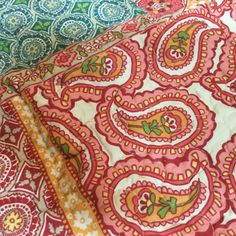 Cozy and colored boho style quilt. Flowers and juxtaposed patterns in warm colors balanced with greens and neutrals. Floral Bedding, Color Balance, Motif Floral, Quilt Bedding, Warm Colors, Motifs, Decoration, Boho Fashion, Neutral