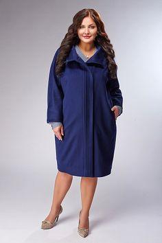 Пальто синего цвета с цельнокроеным рукавом