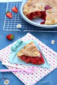 La Stawberry pie è un dolce americano ricco di fragole, il cui profumo e sapore conquistano all'istante. Assomiglia ad una crostata ma invece della pasta frolla si usa un leggero e croccante pie crust. Il pie crust è una sorta di pasta brisèe leggermente dolce e friabile, si fa velocemente ed è u