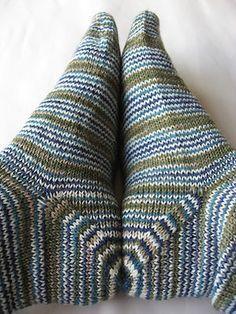 Hoe brei ik de hiel van mijn sok? Wat zijn de voor- en nadelen van de verschillende hielen? Lees het hier! Crochet Socks, Knitting Socks, Knit Crochet, Knit Stockings, Knitting Accessories, Yarn Needle, Leg Warmers, Mittens, Needlework