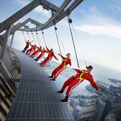 Uit je comfort zone stappen. Klinkt goed maar wat betekent dat eigenlijk? Je comfort zone is de plek in je leven waar jij jezelf relatief comfortabel en gemakkelijk voelt, die je kent en waar het leven overzichtelijk is. Je bent misschien wel ongelukkig maar in ieder geval weet je wat je krijgt. Verder lezen? http://www.serracoaching.com/2012/05/ontdek-je-talent/ EdgeWalk @ CN Tower, Toronto