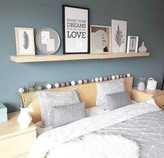 Guest bedroom: deco and painting- Chambre d'amis : deco et peinture Guest bedroom: deco and painting - Teenage Room Decor, Home Bedroom, Room Decor Bedroom, Guest Room Decor, Beach House Decor, Home Decor, Room Colors, Interior Design, Blue Wood