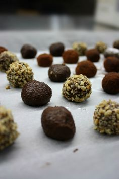The easiest, quickest and most delicious chocolate truffles with just four ingredients and various toppings to choose according to your taste. Chocolate Truffles, Delicious Chocolate, Chocolates, Clay, Sweets, Cookies, Eyes, Desserts, Recipes