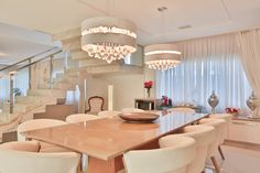 Destaque para a escada que divide os ambientes estar/jantar : Salas de jantar modernas por Rita Albuquerque Arquitetura e Interiores