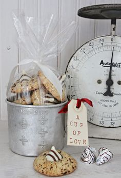 this is a cute gift container, vintage measuring cup for cookies!