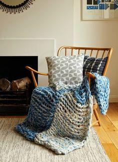 こちらは2種類の糸を使って編んだブランケット。大きな作品こそアームニッティングで気軽に編むのがオススメです☆