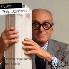 O arquiteto norte-americano Philip Johnson (7/08/ 1906 – 25/01/2005) é considerado um dos pais da arquitetura moderna.  Em 1978, Johnson foi homenageado pelo Instituto Americano de Arquitetos (AIA) com a Gold Medal e no ano seguinte recebeu a primeira edição do Prêmio Pritzker de Arquitetura.