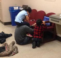 Professor distrai filhos de aluna enquanto ela faz prova decisiva e imagem viraliza