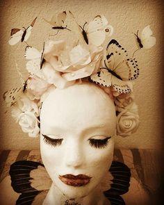 """Coiffe """"Butterfly"""" 35€ Je crée également des coiffes sur mesures. Retrouvez moi sur Facebook https://www.facebook.com/bulledelise/?ref=bookmarks ou sur mon site internet www.labulledelise04.com I send in the world! :)"""