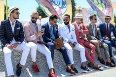 Pitti Uomo 86 brought out the best of the peacocks of the mens fashion world. Check out some of our personal favourites from the Pitti Uomo 86 fair. Mens Fashion Blog, Latest Mens Fashion, Suit Fashion, Outfit Elegantes, Shirt And Tie Combinations, Moda Chic, Gentleman Style, Wedding Suits, Stylish Men