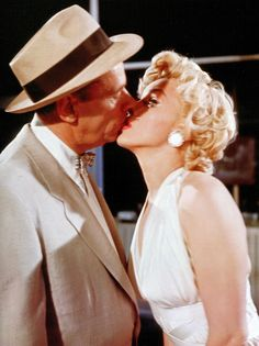 """elsiemarina: """" Marilyn Monroe and Tom Ewell on the set of The Seven Year Itch, photographed by Sam Shaw, """" Fotos Marilyn Monroe, Marilyn Monroe Life, Gina Lollobrigida, 7 Year Itch, Montgomery Clift, Cinema Tv, Milton Greene, Actor Studio, Movies"""