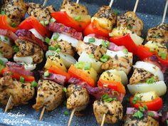 Szaszłyki z piekarnika z kurczakiem i boczkiem Halloumi, Pasta Salad, Grilling, Chicken, Meat, Ethnic Recipes, Food, Gastronomia, Crab Pasta Salad