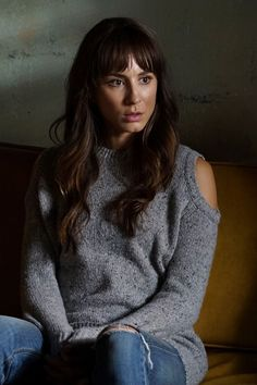 Spencer Hastings Fashion on Pretty Little Liars Pretty Little Liars Spencer, Pretty Little Liars Spoilers, Pretty Little Liars Outfits, Pretty Little Liers, Pll Outfits, Mode Outfits, Hanna Marin, Spencer Hastings Outfits, Spencer Pll