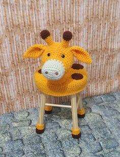 capa feita em croche com o tema girafa.  Pode ser feito em outros bichinhos.    Medidas . 20 a 25 cm de diâmetro.    Lavável.  O preço refere se capa e patinhas.    **Banquinho nao incluso** Crochet Food, Crochet For Kids, Crochet Baby, Knit Crochet, Knit Rug, Crochet Dolls Free Patterns, Crochet Home Decor, Craft Show Ideas, Knitting Accessories