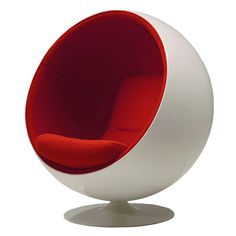 Silla Bola.   Diseñada por el finlandés  Wero Aarnio en 1963, también conocida como silla globo, este clásico del diseño industrial muestra como rompiendo las reglas de la simpleza se puede crear una esfera donde alguien puede sentarse y desconectarse del mundo exterior.