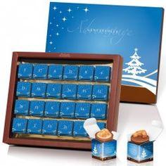 Offener Adventskalender mit 24 blauen Boxen. Gefüllt mit Pralinen