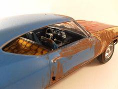 Miniaturas de carros clássicos destruídos