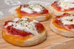 Pizzette veloci senza lievito Best Italian Recipes, Favorite Recipes, I Love Food, Good Food, Focaccia Pizza, Mini Pizza, Creative Food, Finger Foods, Spaghetti