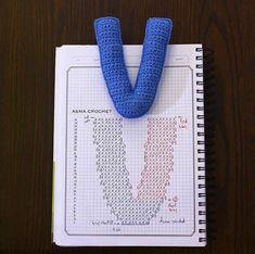 Amigurumi letter V Crochet Symbols, Crochet Motifs, Crochet Diagram, Crochet Chart, Crochet Stitches, Crochet Patterns, Crochet Diy, Crochet Amigurumi, Crochet Home