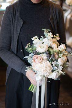 ホワイトグリーンニュアンスピンククラッチブーケ Wedding Flower Arrangements, Floral Arrangements, Wedding Bouquets, Wedding Table Deco, Wedding Decorations, Floral Wedding, Wedding Flowers, Flower Bouqet, Hipster Wedding