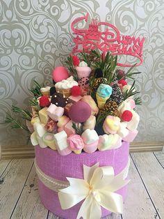 Оригінальні букети Candy Bouquet Diy, Food Bouquet, Diy Bouquet, Edible Fruit Arrangements, Edible Bouquets, Flower Arrangements, Chocolate Pack, Chocolate Gifts, Sweet Trees