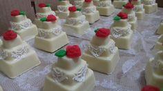 Você salvou em Mini Bolo Quadrado de Chocolates Mini bolo no chocolate branco produzido pela Verdelilás Chocolates. Recheado e enfeitado por Elaine Misiato