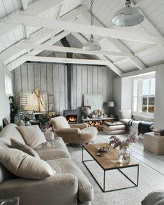 canapé et chaise longue gris, tapis gris clair, table basse en bois et métal. cheminee moderne, style scandinave, suspensions industruelles, toiture bois blanc, salon rustique