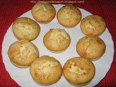 20 muffins: 2 tazze di farina bianca 1/2 tazza di zucchero 2 uova 2 cucchiaini si lievito 4 cucchiai di burro fuso 1/2 tazza di latte 1 pizzico di sale  Procedimento: Far fondere il burro in un pentolino e lasciar freddare. Lavorare i tuorli d'uovo con zucchero e sale affinchè diventino morbidi come spuma. Aggiungere la farina setacciata, il lievito, il latte e il burro. La crema dovràrisultare senza alcun grumo. Montare per bene gli albumi a neve e amalgamarli con cura al composto. Versare