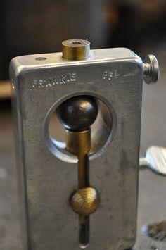 How to drill a ball bearing Super Idee dass ganze noch aus Eichenholz mit Metallbohrhülse und MetallSchraubklemme fertig!