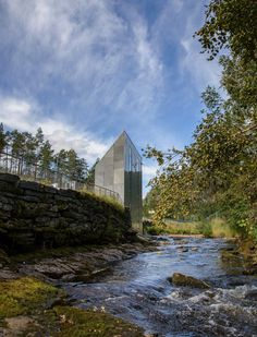 Noorwegen | Visitors to Norway's Skjervsfossen waterfall can watch the Storelvi river rush by through a glazed floor panel in the restrooms of this service building.