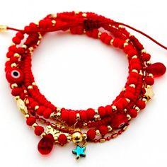 Accesorios para mujer - Pulsera con broche elaborada a mano con cadena roja, dorada y una variedad unica de dijes.                                                                                                                                                      Más