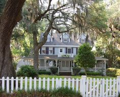 A white picket fence and a wrap around porch. Old Southern Homes, Southern Charm, Country Homes, Southern Belle, House Wrap Around Porch, Front Porch, Savannah Chat, Savannah Georgia, Savannah Tours