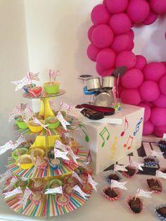 fiesta infantil decoración musical, mesa de dulces, notas musicales, batería hecha con latas, dulces de nuez