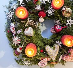 Cool use of small flameless candles! Christmas Wreaths, Christmas Bulbs, Advent Wreath, Flameless Candles, Illustrations, Rustic, Table Decorations, Cool Stuff, Holiday Decor