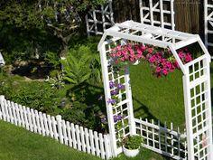 Idei pentru grădină şi terasă: Clematite - Stele florale pe suporturi suspendate Garden Entrance, Diy And Crafts, Sweet Home, Exterior, Outdoor Structures, Floral, Nice Ideas, House, Gardening