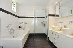 Witte tegels muur Corner Bathtub, Alcove, Toilet, Bathroom Ideas, Home Ideas, Flush Toilet, Toilets, Corner Tub, Decorating Bathrooms
